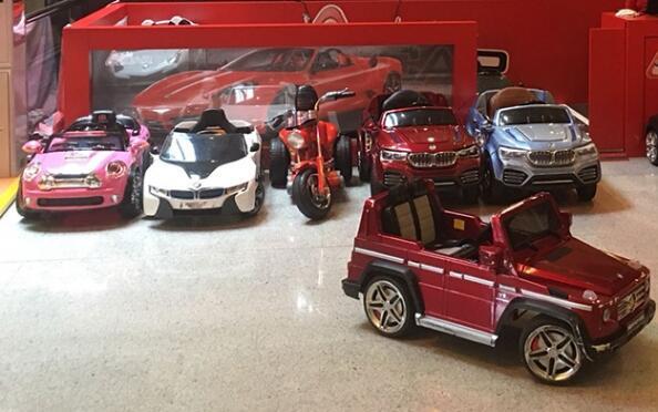 1, 5 o 10 viajes en coches de lujo a batería para niños