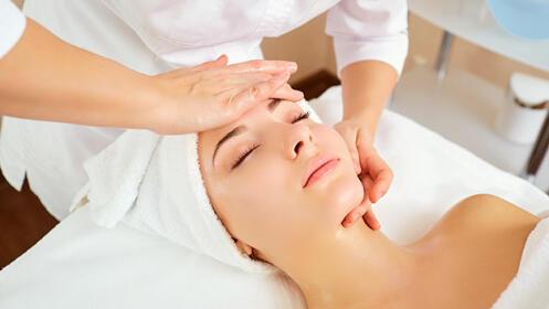 Limpieza facial con tratamiento en cara, cuello, escote y ojos